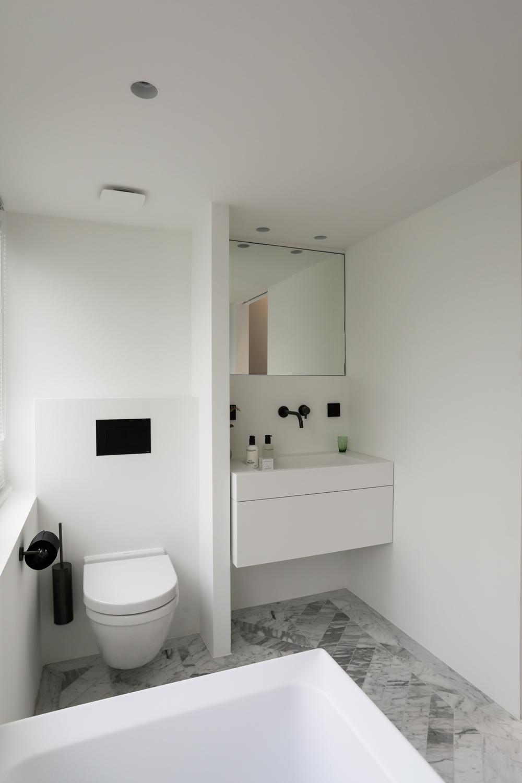Het strakke hangtoilet is de perfecte keus voor deze moderne strakke badkamer. Klik hier om meer foto's te bekijken.