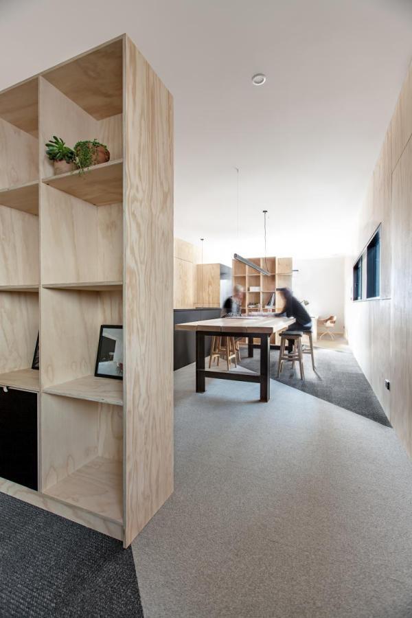Een hip kantoor van een aannemer