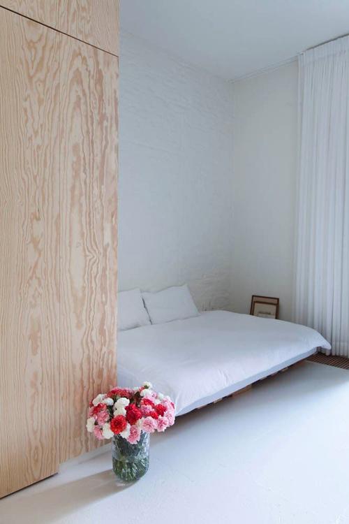Hoge kledingkast in de slaapkamer