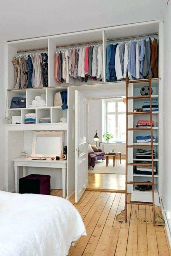 hoge  open kledingkast slaapkamer