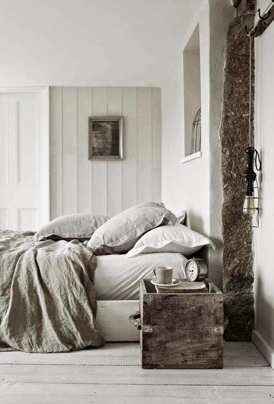 Houten kist als nachtkastje
