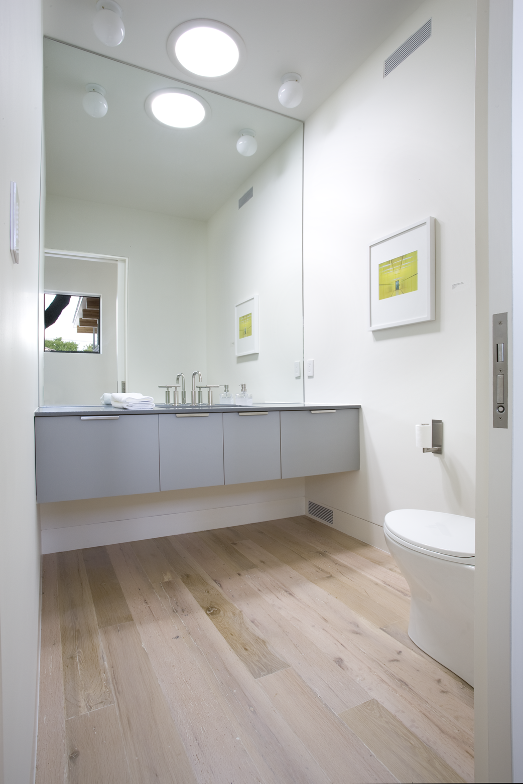 white bathroom floors houten vloer in badkamer 15072