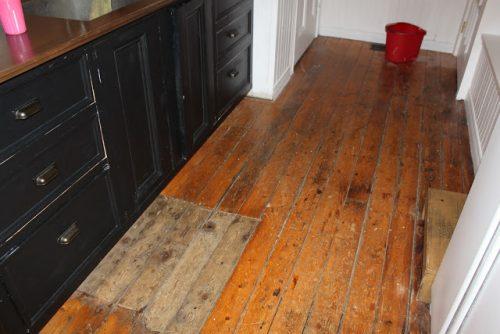 Witte Keuken Schilderen : Houten vloer in de keuken wit schilderen