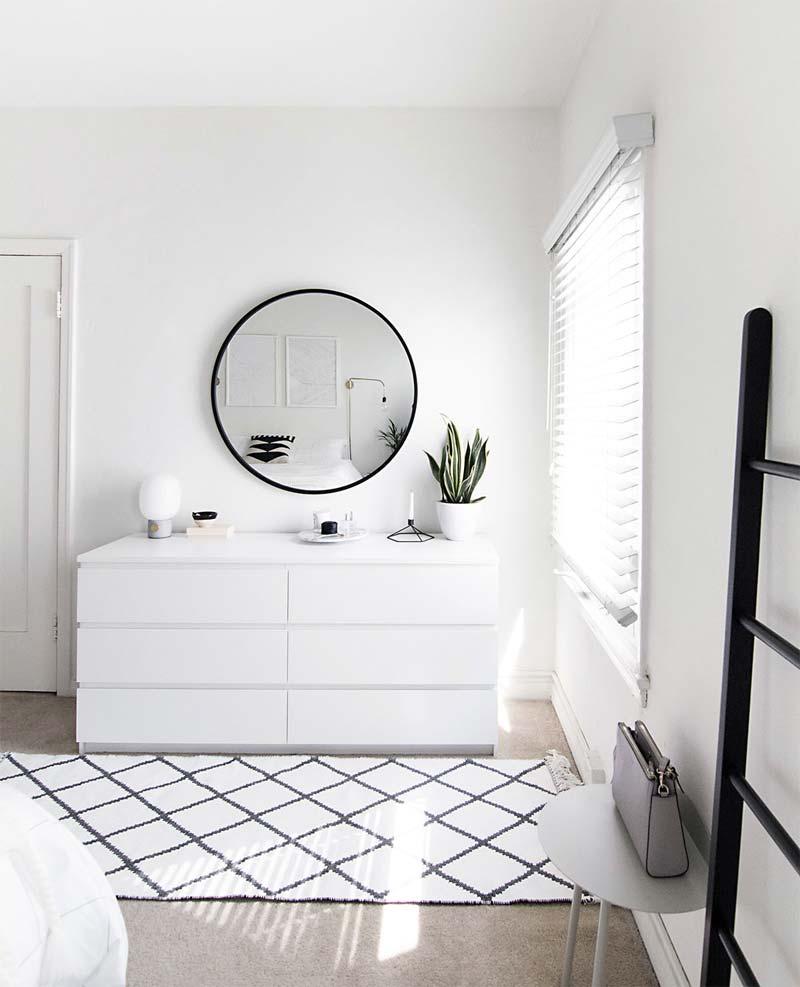 De witte Malm Ladekast met 6 lades in de mooie slaapkamer van Amy van Homeyohmy.com.