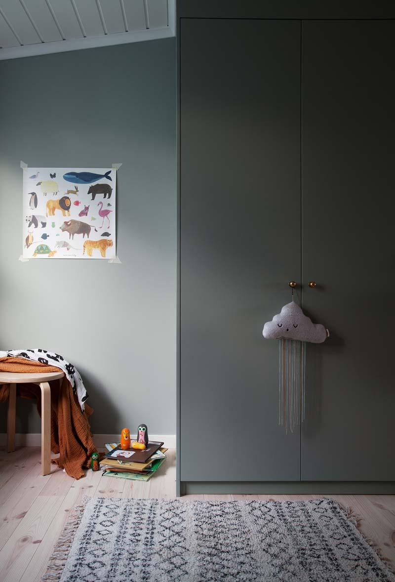 Janniche heeft de Pax kast in deze kinderkamer een mooie grijsblauwe kleur gegeven, passend bij de blauwe muur.