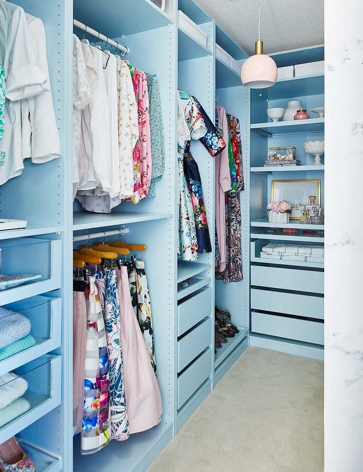 Sarah laat zien hoe je een IKEA pax kast kunt schilderen. Wat vinden jullie van haar blauwe Pax kast?