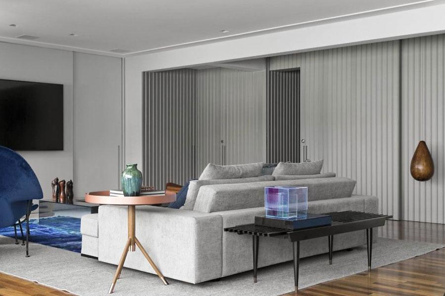 In deze moderne woonkamer zijn twee zithoeken ingericht!