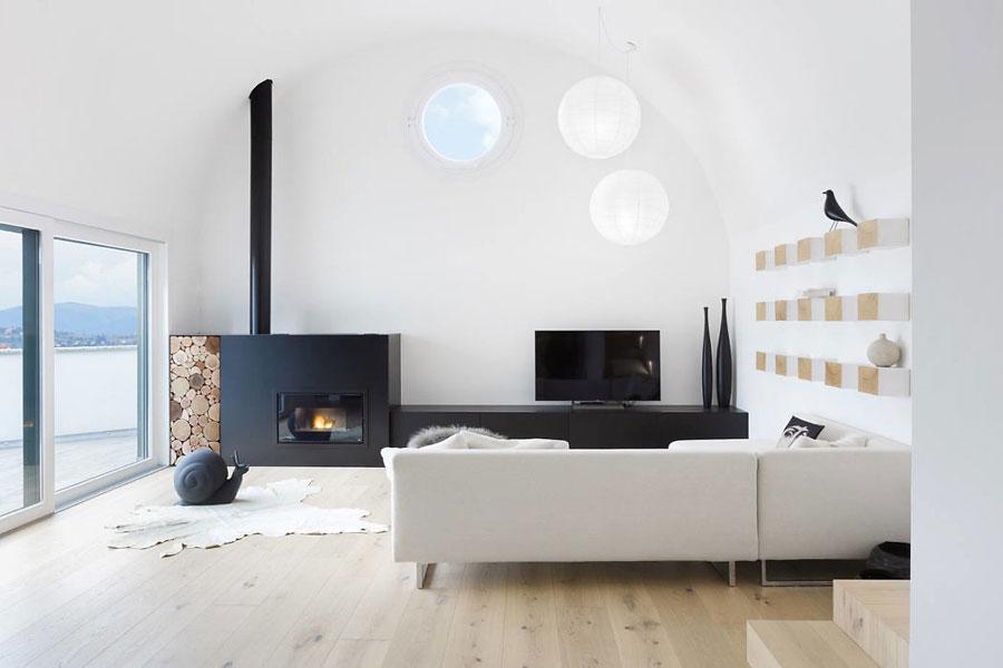 In deze mooie woonkamer is een geweldige meubel gemaakt voor de TV en open haard!