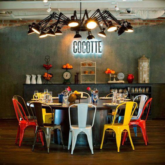 industrieel interieur kleurrijke stoelen