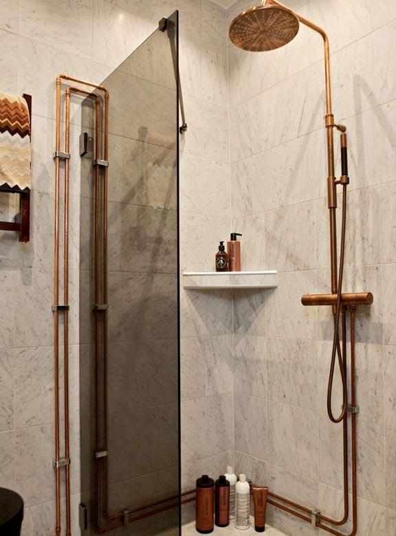 industrieel interieur koperen buizen badkamer