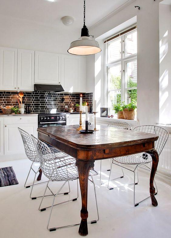 industriele-hanglamp-boven-antieke-tafel