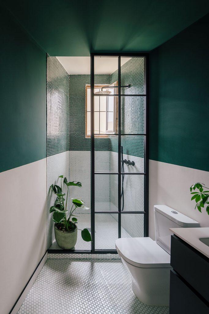inloopdouche kleine badkamer groene muren