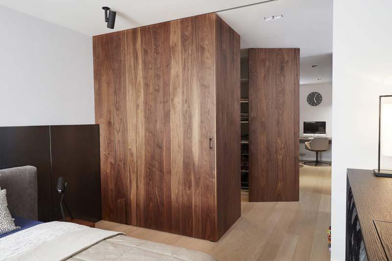 inloopkast slaapkamer houten wandbekleding