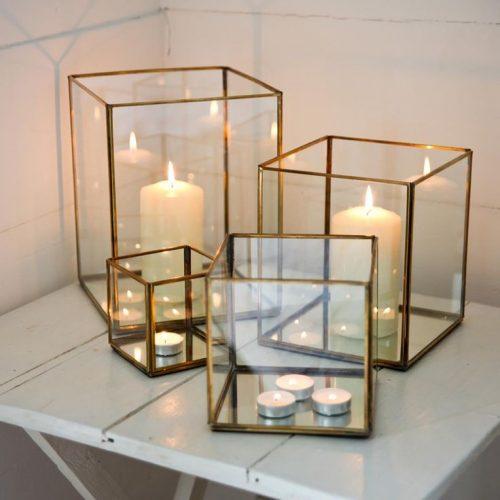 Kaarsen in glazen boxen