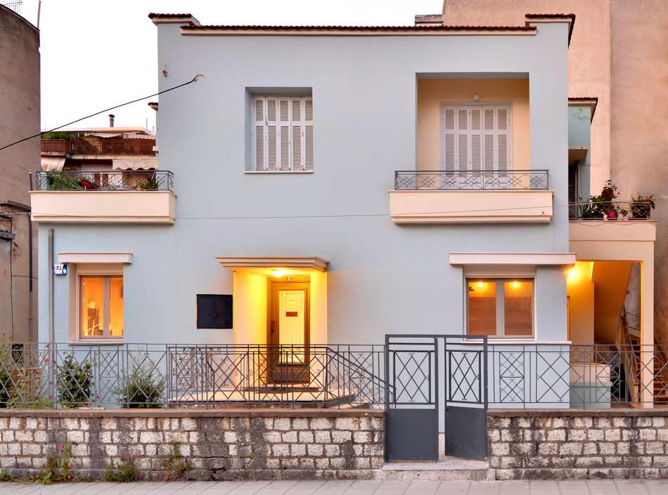 De karakteristieke Griekse woning heeft een stoere industriële makeover gehad!