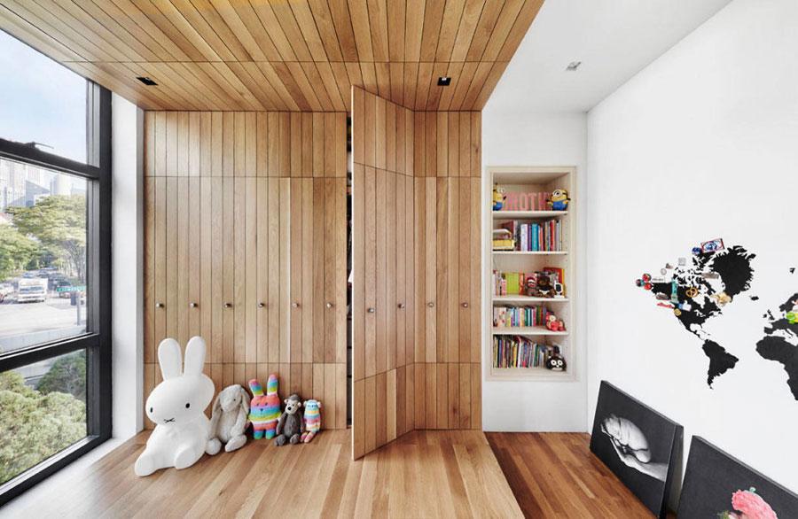Kinderkamer met een super mooi houten bed platform