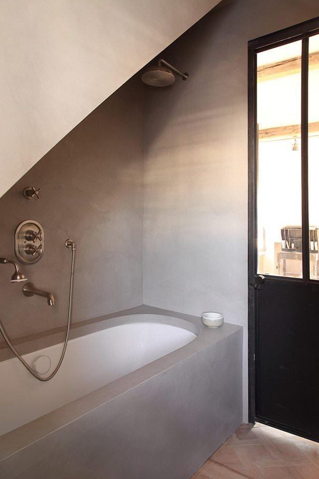 stalen deur van hout badkamer