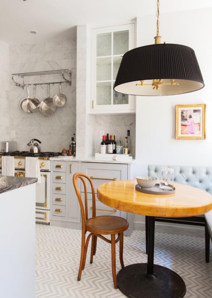 Klassieke lichte keuken met grijze kasten en marmeren werkblad