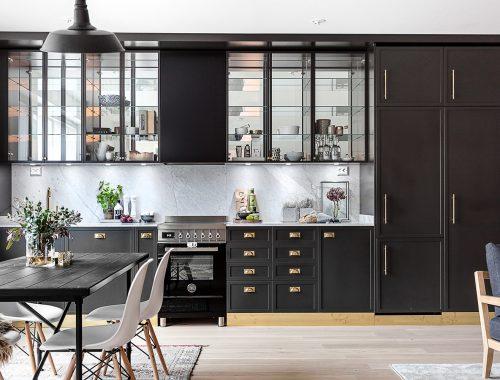 Klassieke zwarte open keuken
