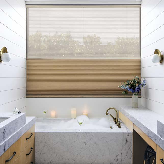 kleine badkamer beige plissegordijnen