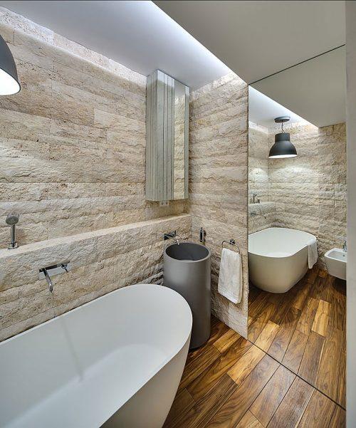 Kleine badkamer met natuurstenen muur