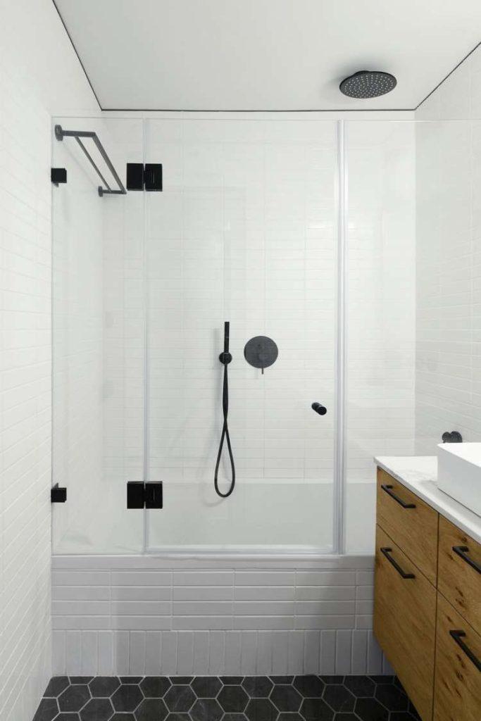 kleine badkamers voorbeelden bad douche combinatie