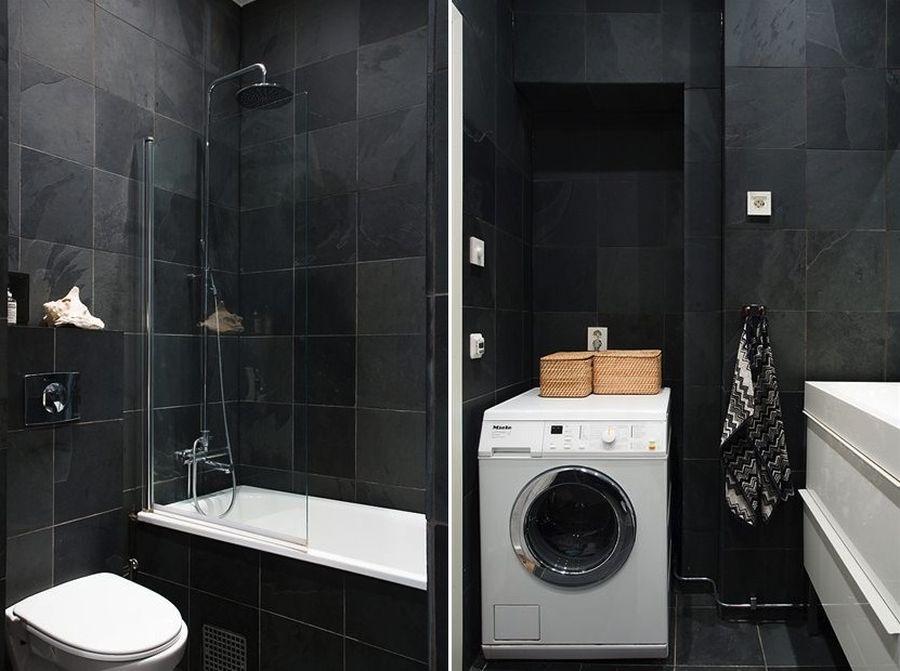 kleine badkamers voorbeelden donkere tegels