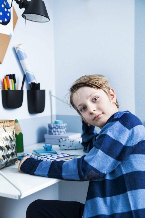 De kleine blauw kinderkamer van 7-jarige Konrad