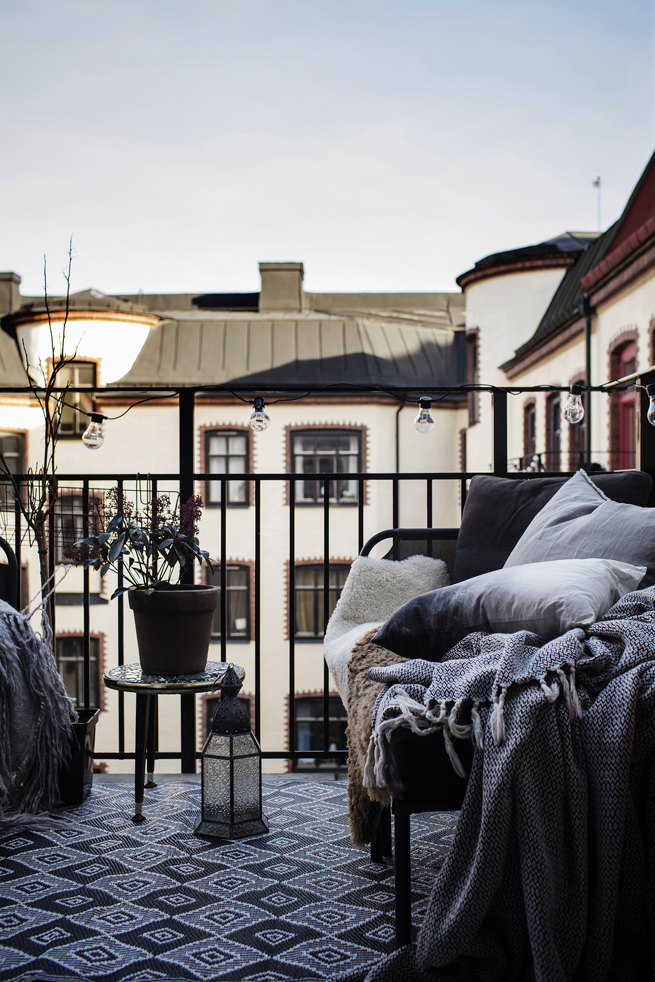 Dit kleine knusse balkon is perfect voor zowel de zomer als de winter