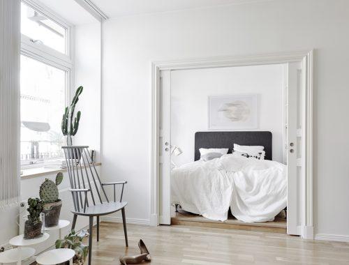 Deze kleine Scandinavische slaapkamer is ingericht volgens het boekje