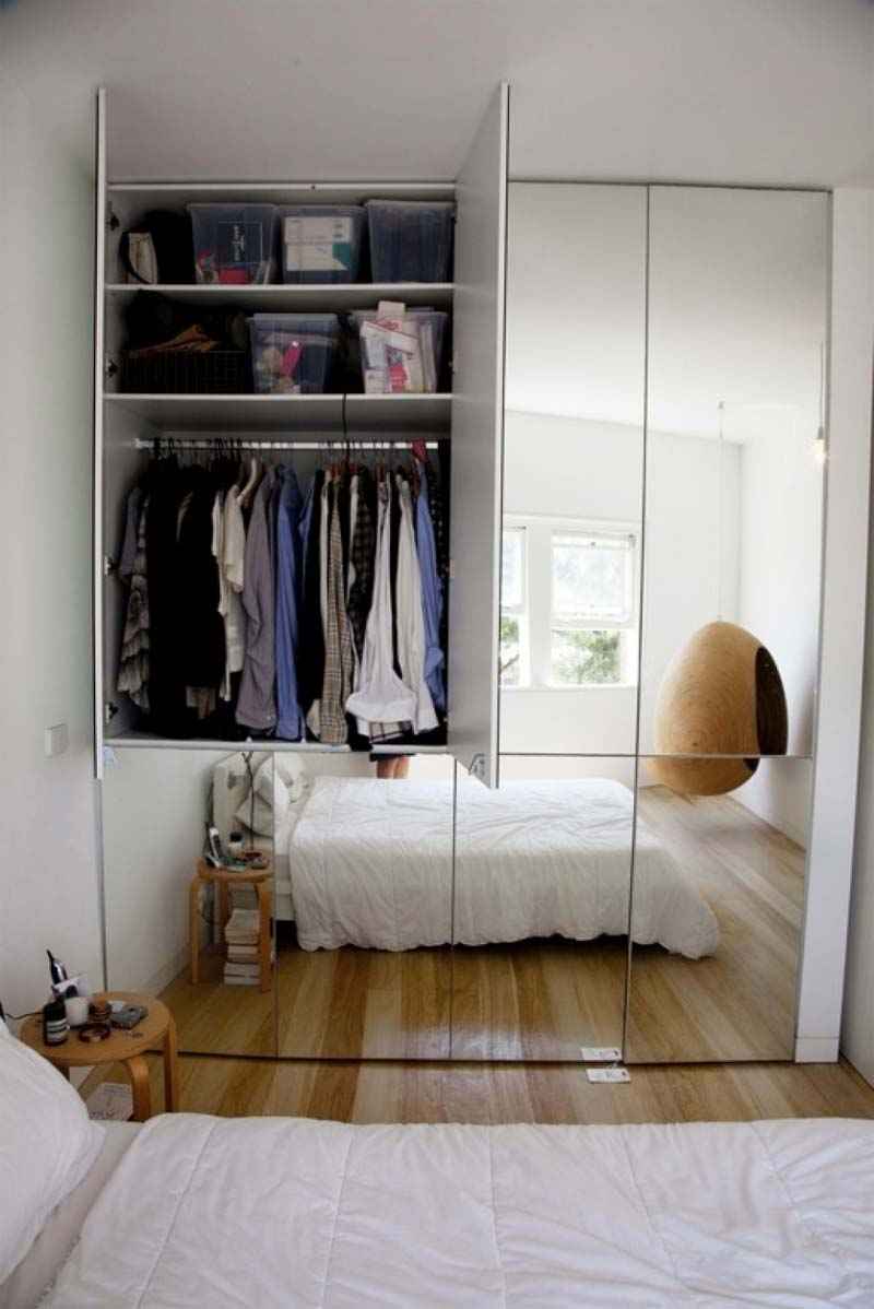 kleine slaapkamer inrichten spiegeldeuren kledingkast