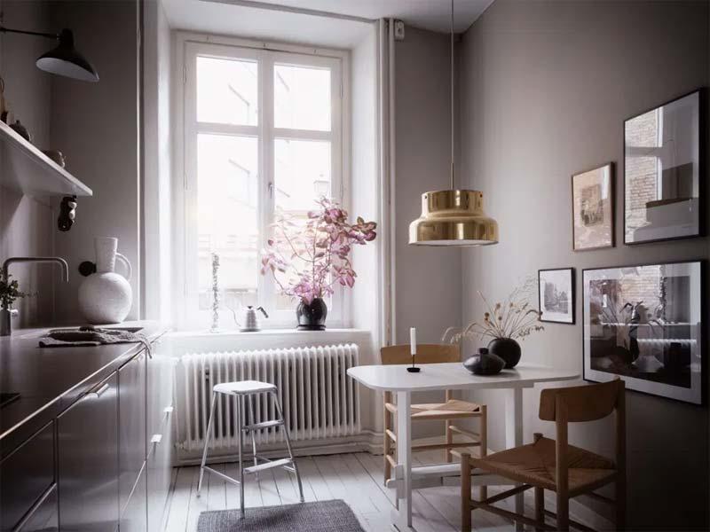 kleine witte eettafel in kleine keuken