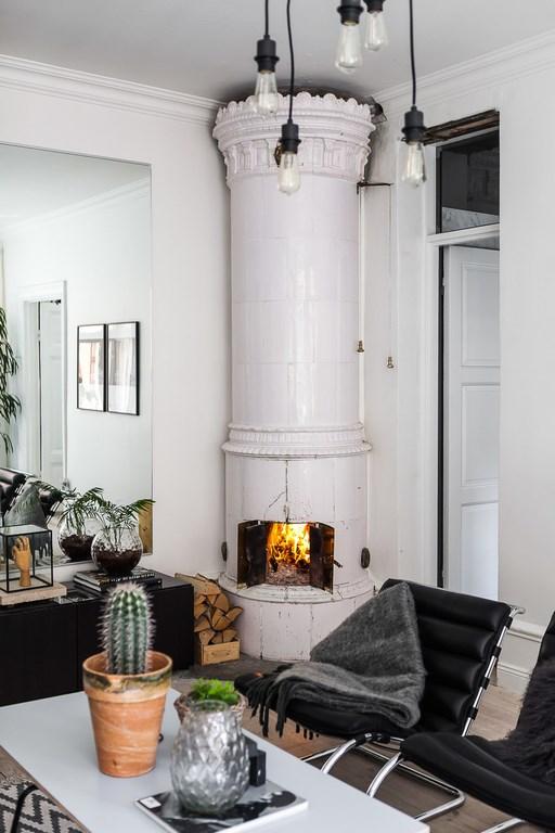 Deze kleine woonkamer is visueel groter gemaakt met een spiegelwand