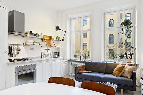 Kleine woonkamer met open keuken