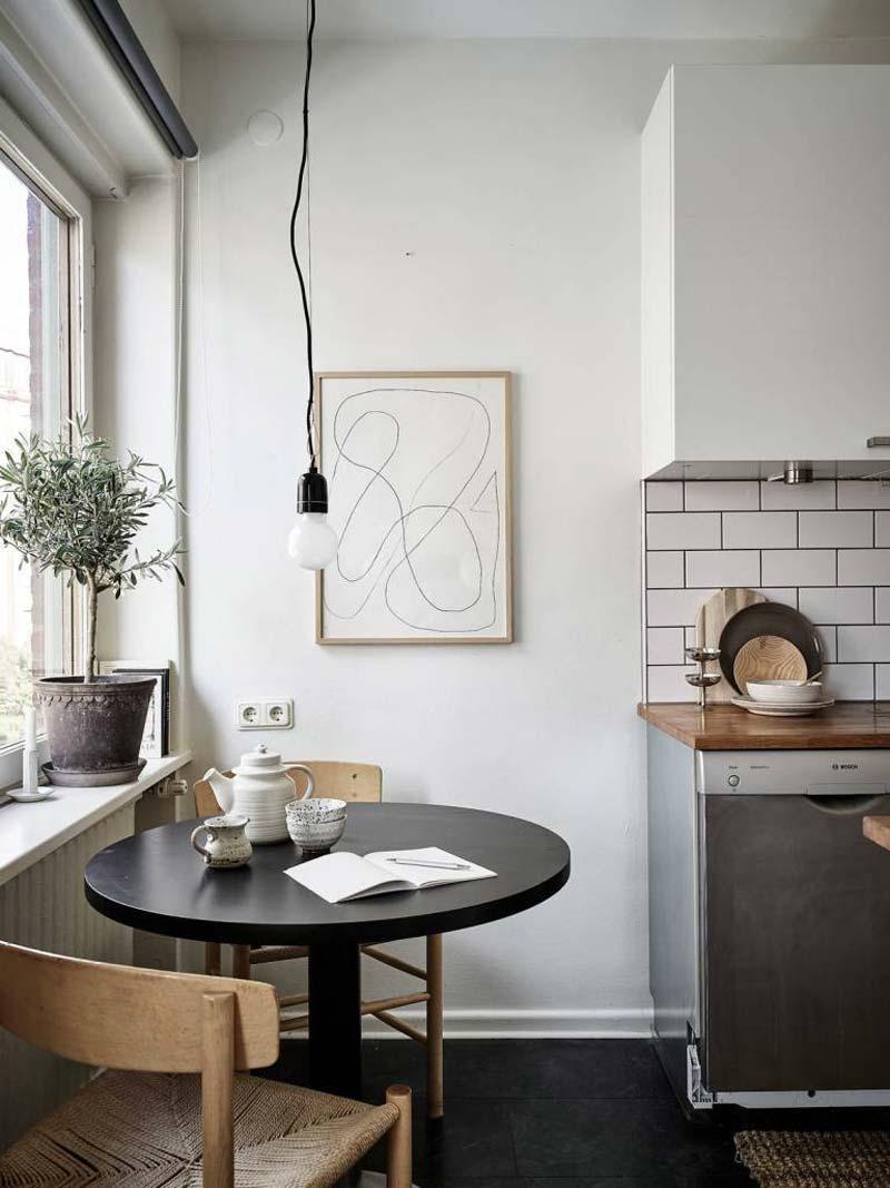 kleine zwarte ronde eettafel in keuken