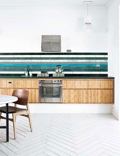 Kleurrijke Marokkaanse tegels in keukenwand