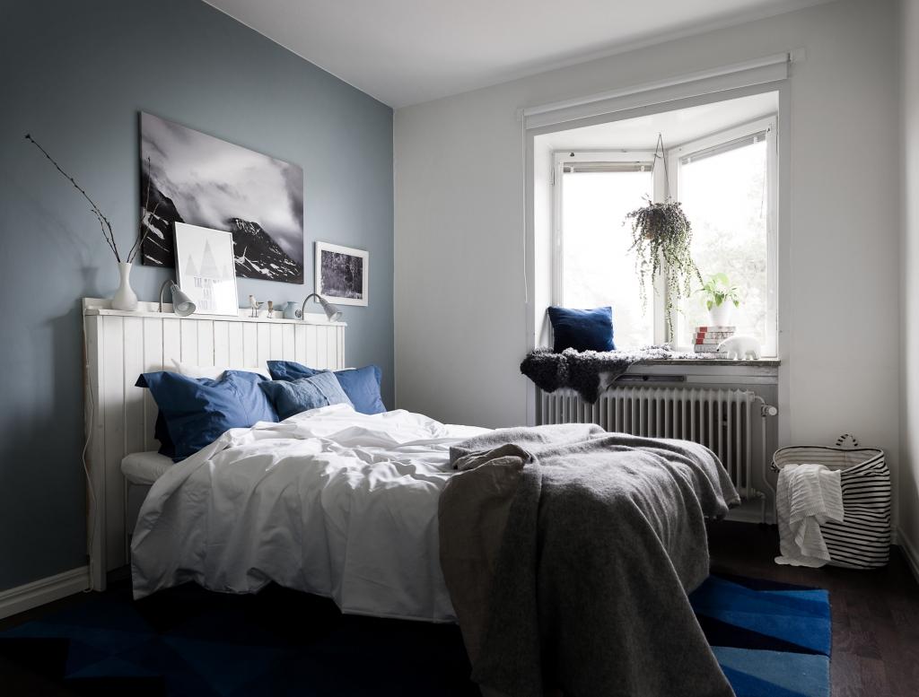 knusse-slaapkamer-met-denim-drift-blauwe-muur