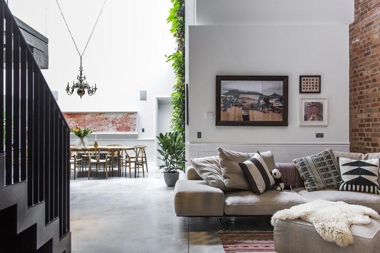 De zithoek in deze stoere woonkamer is om verliefd op te worden!