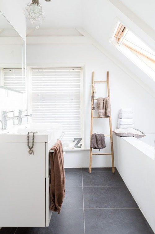 Ladder als handdoekenrek in badkamer