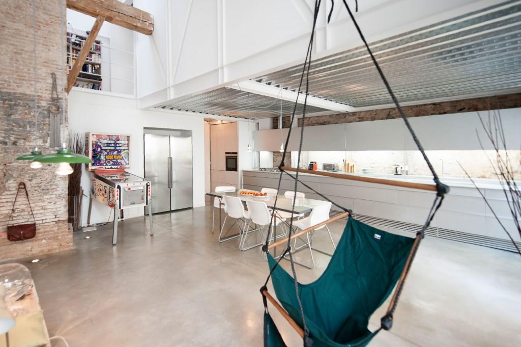 Lange moderne keuken in oude zuivelfabriek huis inrichten