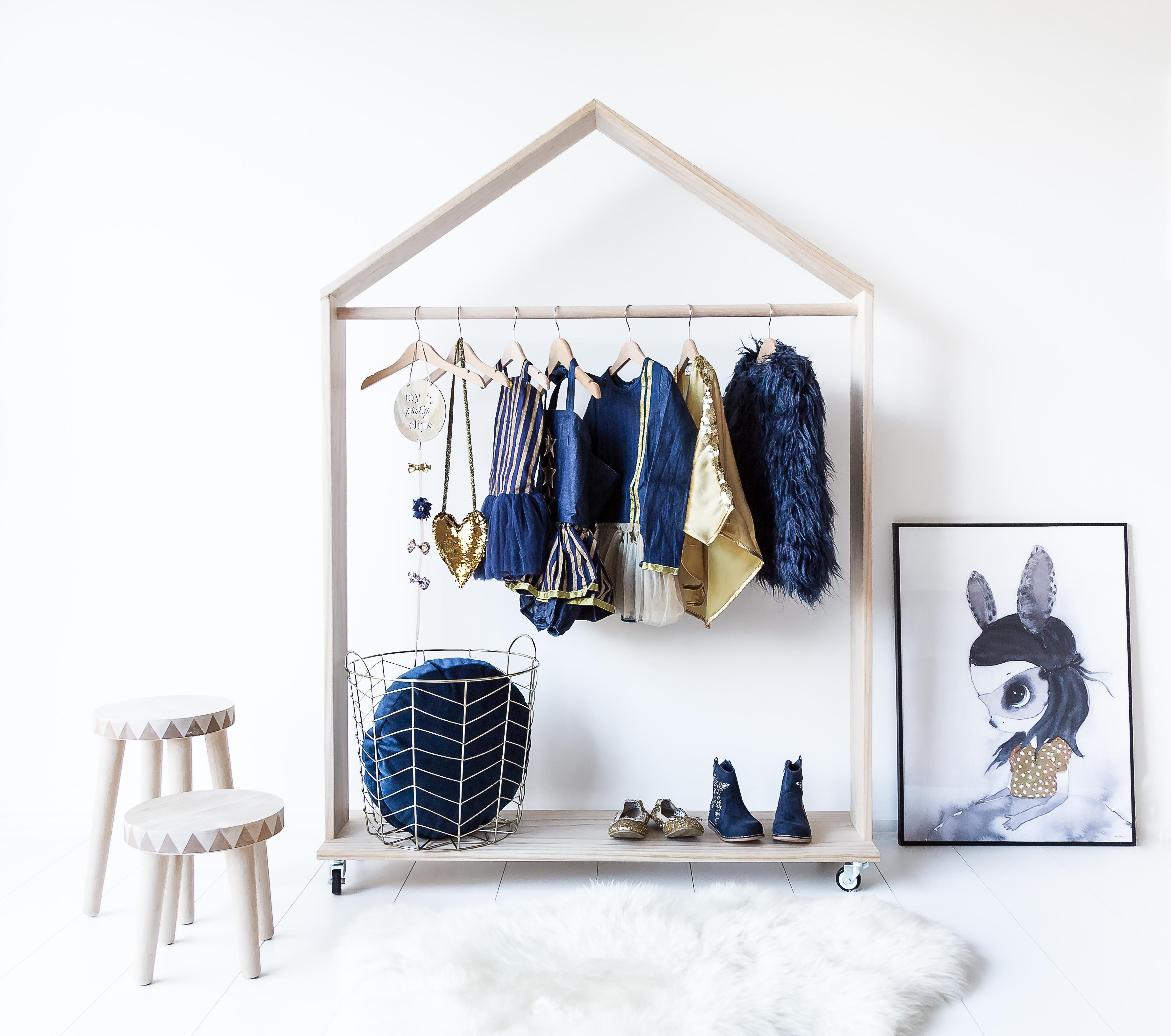 Leuke houten kledingrek voor de kinderkamer