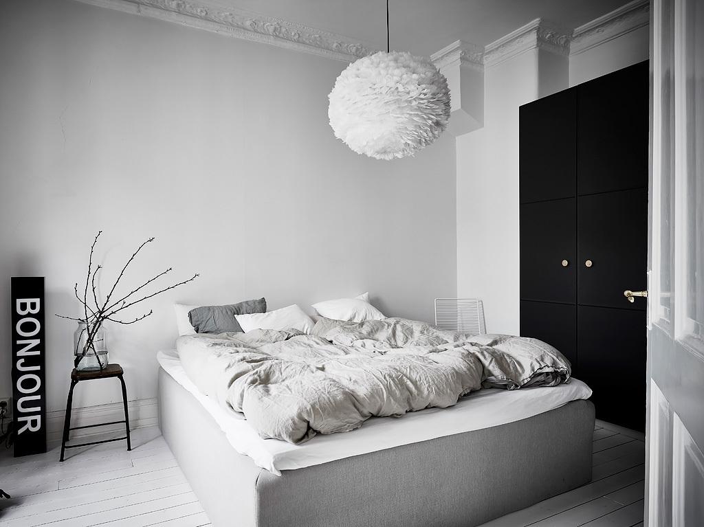 Leuke Scandinavische slaapkamer met leuke decoratie