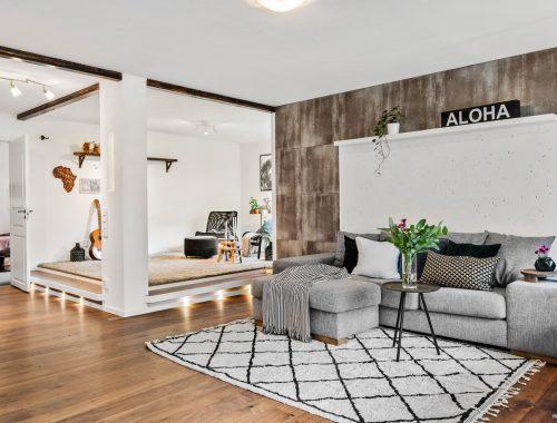 In deze leuke woonkamer is een extra open loungehoek ingericht
