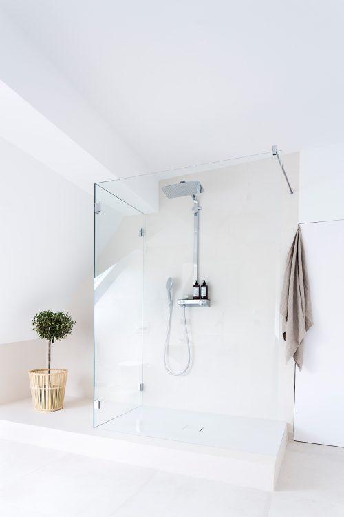 Lichte badkamer met een minimalistisch ontwerp