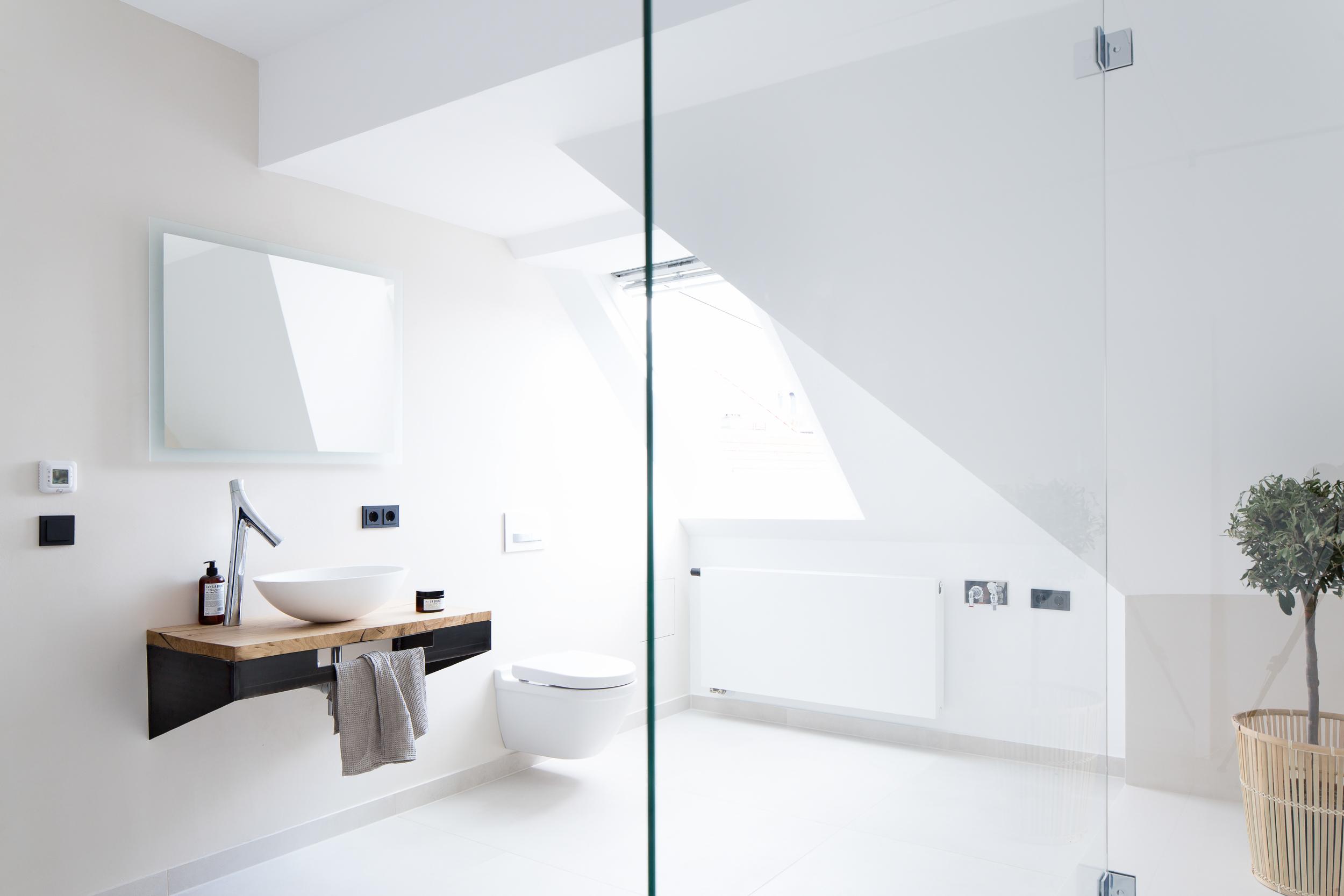 Badkamer Lichte Tegels : Lichte badkamer met een minimalistisch ontwerp huis inrichten