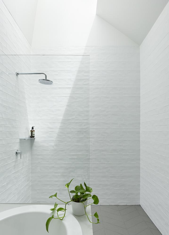 lichte minimalistische badkamer door downie north architects