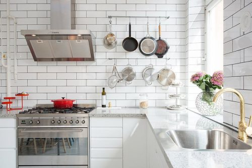 Lichte witte keuken van Zweeds hoekappartement