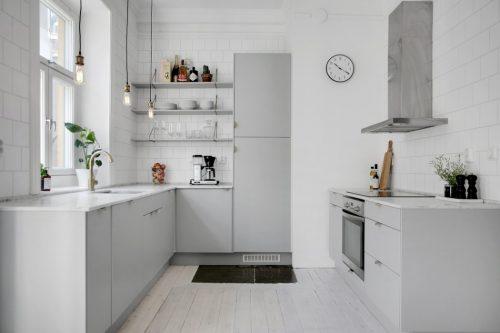 Lichtgrijze keuken met marmeren keukenblad