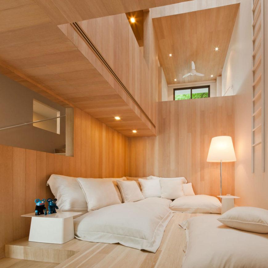 loungeruimte zitkussens houten wandbekleding
