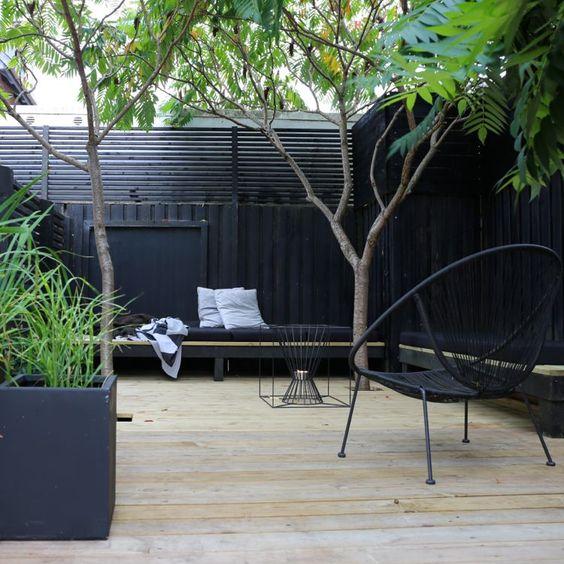 loungetuin-zwarte-schuttingen